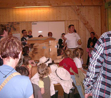 visite guidée enfants centre aéré la grange aux abeilles estivareilles